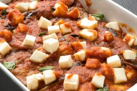 Parmigiana di melanzane grigliate al forno con provola e prosciutto