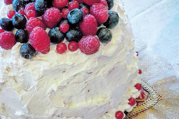Zuccotto al pandoro con gelato, camy cream e frutti di bosco