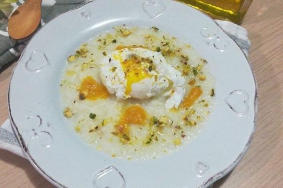 Uovo in camicia su vellutata di cavolfiore bianco e pistacchi