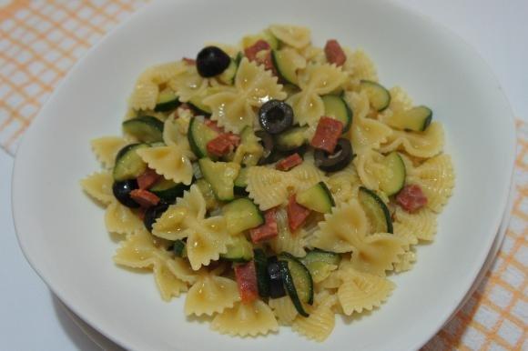 Farfalle alle zucchine con salame piccante e olive