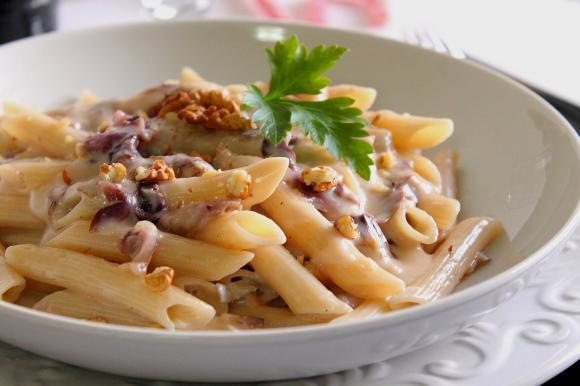 Penne di farro con crema di gorgonzola, radicchio e noci