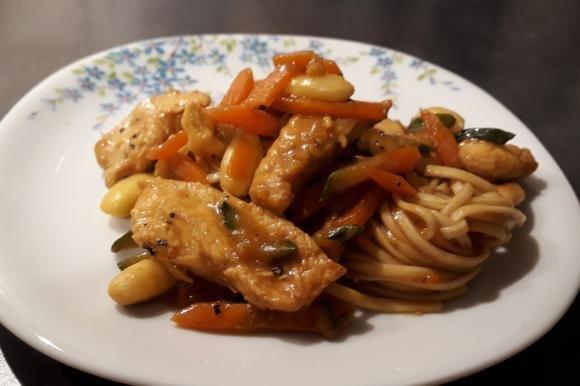 Pollo alle mandorle con verdure e noodles