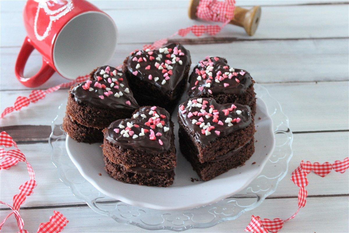 Ricetta Pan Di Spagna Al Cioccolato Al Latte.Cuori Di Pan Di Spagna Con Ganache Al Cioccolato Fondente Fidelity Cucina