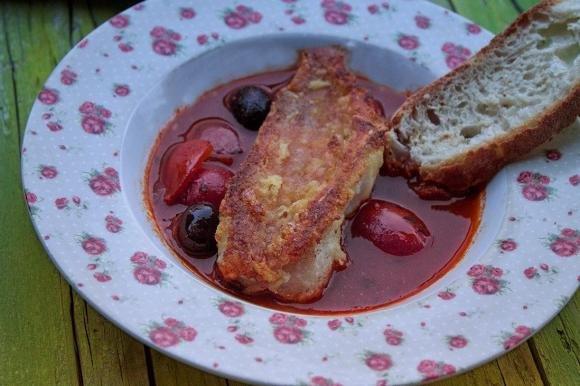 Filetti di scorfano croccanti su guazzetto al pomodoro