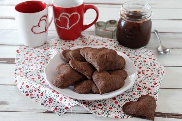 Cuoricini di frolla al cacao ripieni di crema alla nocciola
