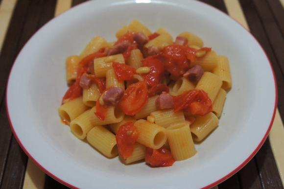 Mezze maniche con pomodori, pancetta e pinoli