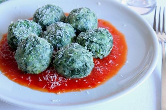 Gnudi di ricotta e spinaci al pomodoro