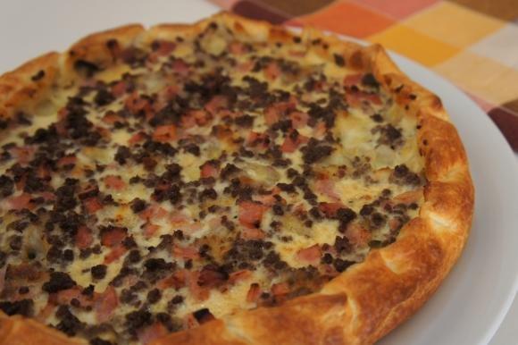 Torta salata con carne macinata, prosciutto e mozzarella