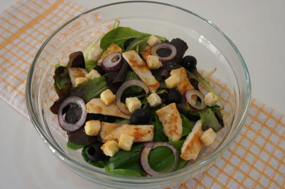 Insalata di pollo con olive nere e crostini