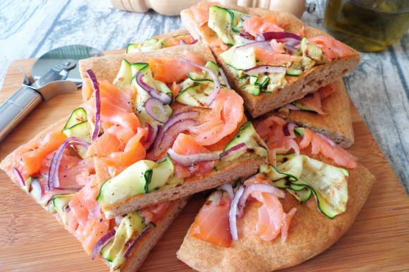 Focaccia di farro con salmone affumicato e zucchine grigliate