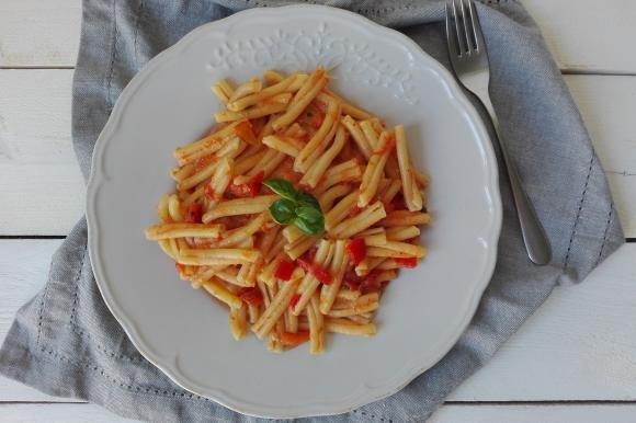 Casarecce con crema di peperoni e basilico