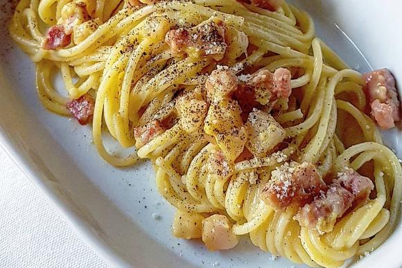Spaghetti alla carbonara con latte e parmigiano