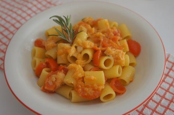 Mezze maniche con pomodorini e merluzzo