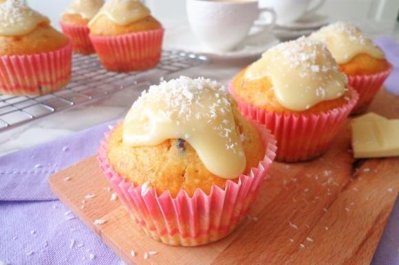 Muffin al cocco con cioccolato bianco e mirtilli rossi