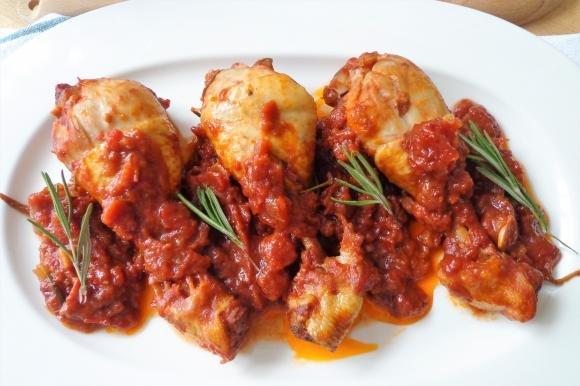 Cosce di pollo al sugo di pomodoro e vino rosso