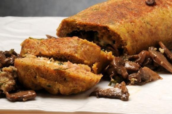 Polpettone di carne macinata in padella con prosciutto e formaggio