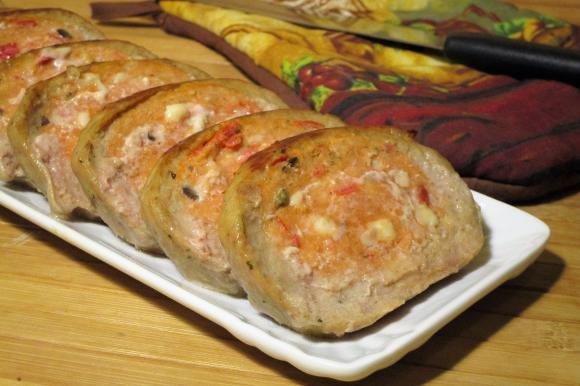 Polpettone con pomodori, mozzarella, olive e capperi