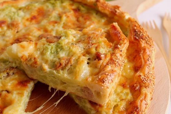Torta salata con cavolfiore, salsiccia e formaggi