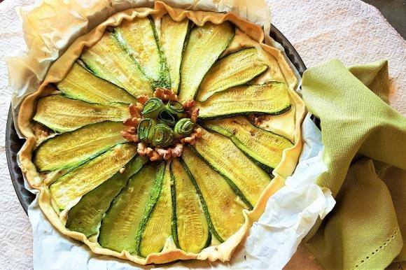 Torta rustica con besciamella, zucchine e noci