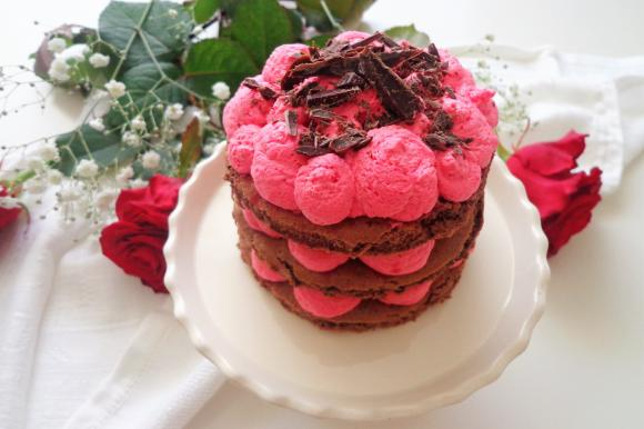 Tortina al cacao con crema chantilly rosa