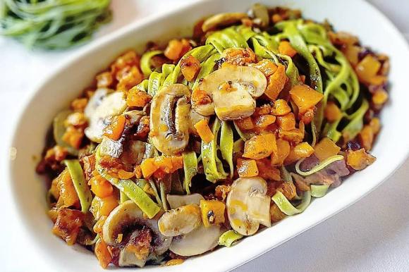 Tagliatelle verdi con zucca, funghi e salame piccante
