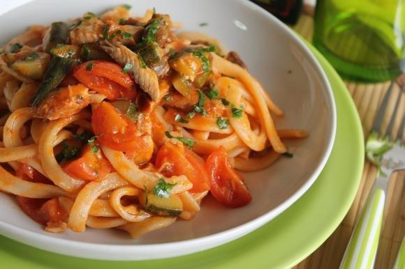 Scialatielli con sgombro, zucchine, pomodorini e capperi