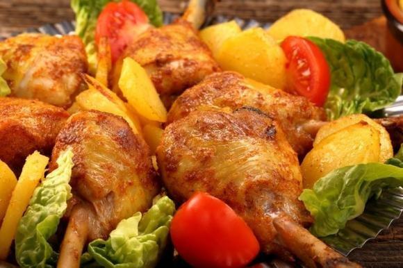 Faraona al forno con patate e pomodorini