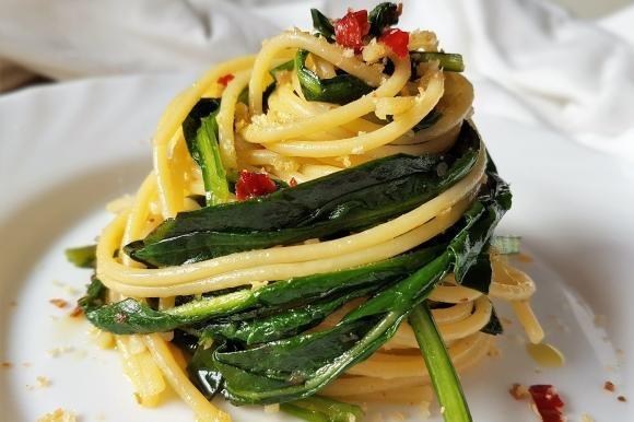 Spaghetti con cicoria, acciughe, pangrattato e peperoncino