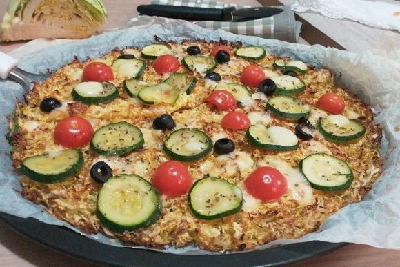 Finta pizza di verza con zucchine e pomodorini