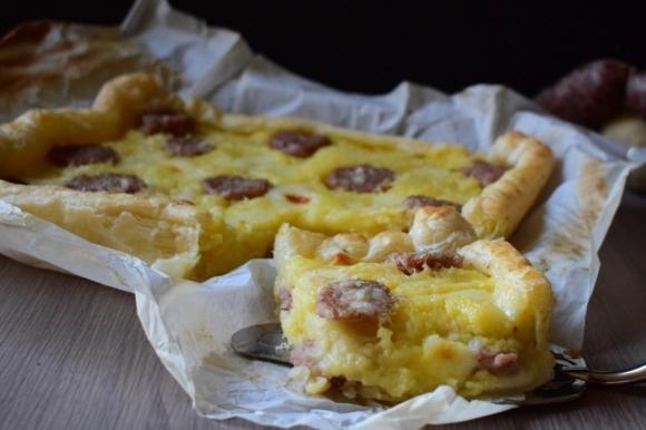 Torta salata con patate, salsiccia e Asiago