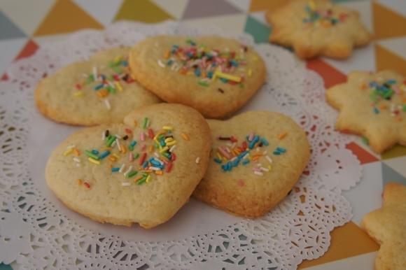 Biscotti di frolla con rum e codette colorate