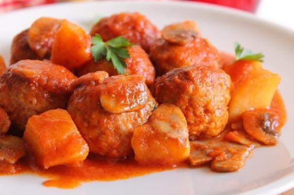 Polpette di carne al sugo con patate e funghi