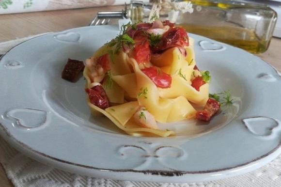 Pappardelle con calamari e pomodori secchi