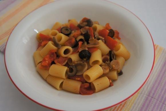 Mezze maniche con pomodorini, funghi e olive