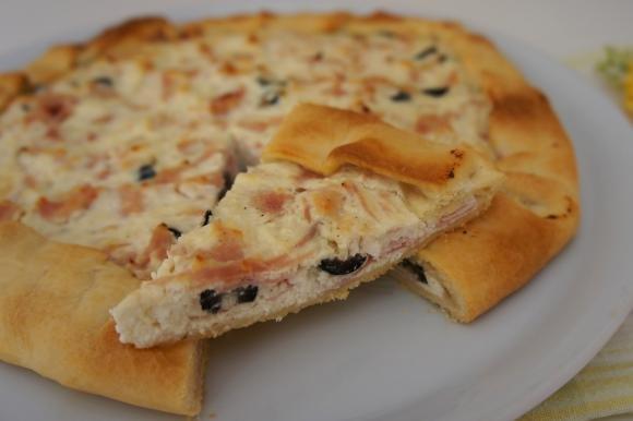 Torta salata con ricotta, prosciutto cotto e olive
