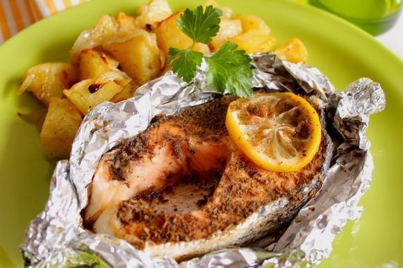 Salmone al cartoccio con patate e cipolle al forno