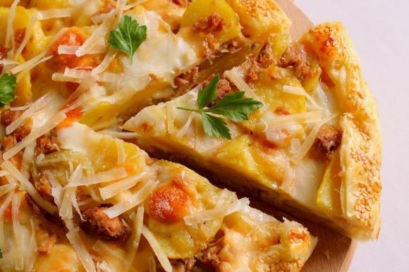 Torta salata con patate, tonno e scamorza affumicata