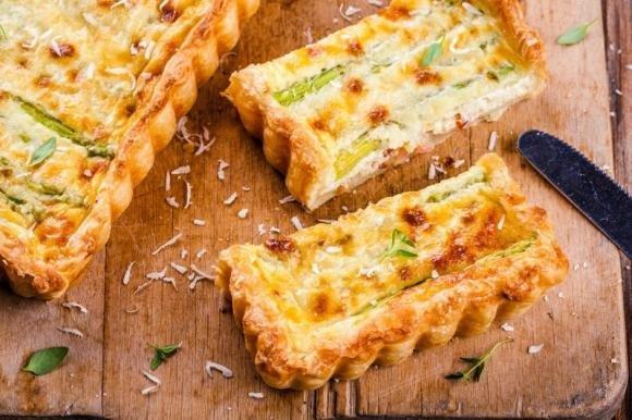 Torta salata con asparagi, ricotta e prosciutto cotto
