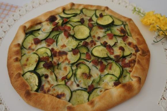 Torta salata con zucchine e salame piccante