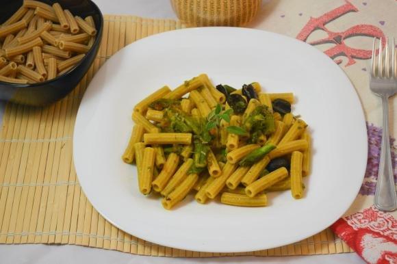 Sedani con punte di asparagi, olive e zafferano