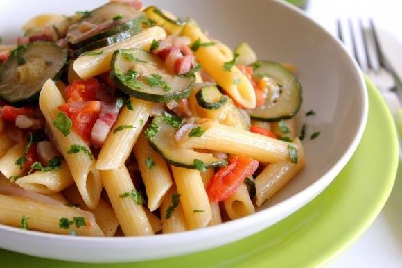 Penne rigate con pancetta, zucchine e cipolla rossa