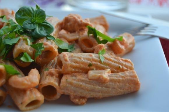 Rigatoni con sugo di gamberetti e salmone