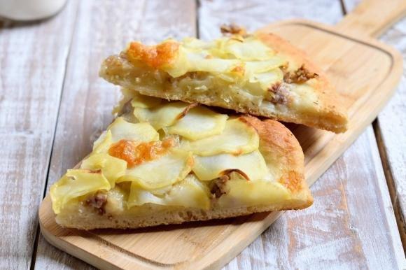Pizza a lunga lievitazione con salsiccia e patate