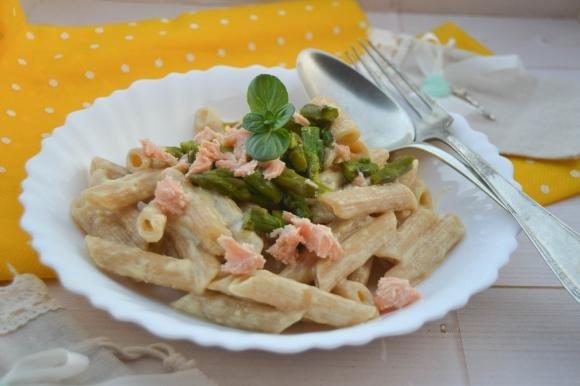 Penne con crema di uova, asparagi e salmone