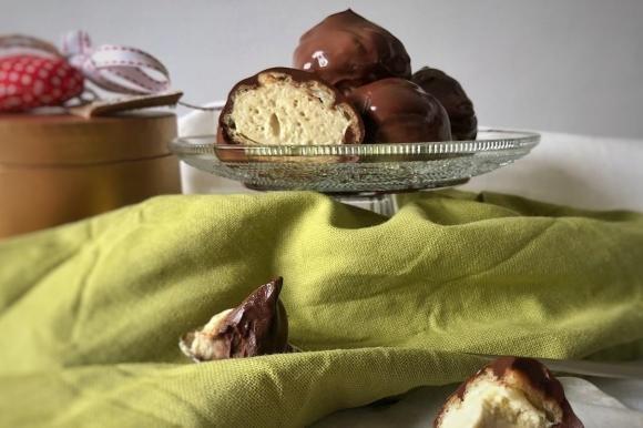 Profiteroles al pistacchio e cioccolato fondente