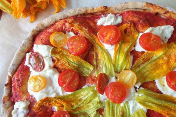 Pizza integrale con ricotta, pomodorini e fiori di zucca