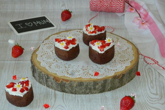 Tortine al cioccolato con crema di ricotta e fragole