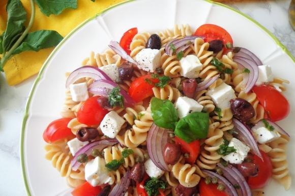 Fusilli con cipolla rossa, feta, pomodorini e olive nere