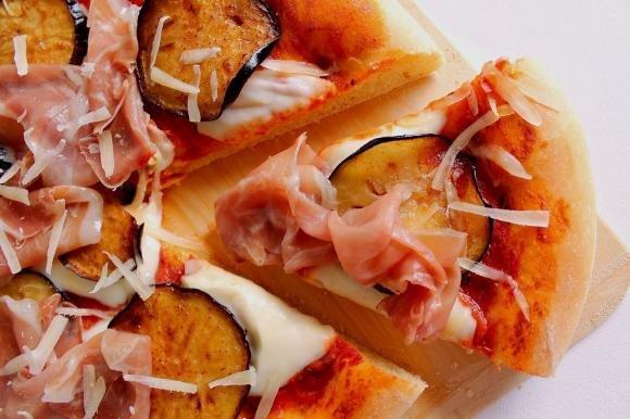 Pizza di farro alla parmigiana con prosciutto crudo
