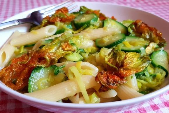 Penne rigate con porri e zucchine
